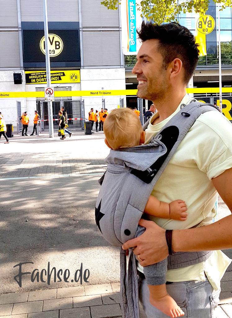 Mann mit Baby in Trage vor BVB Stadion