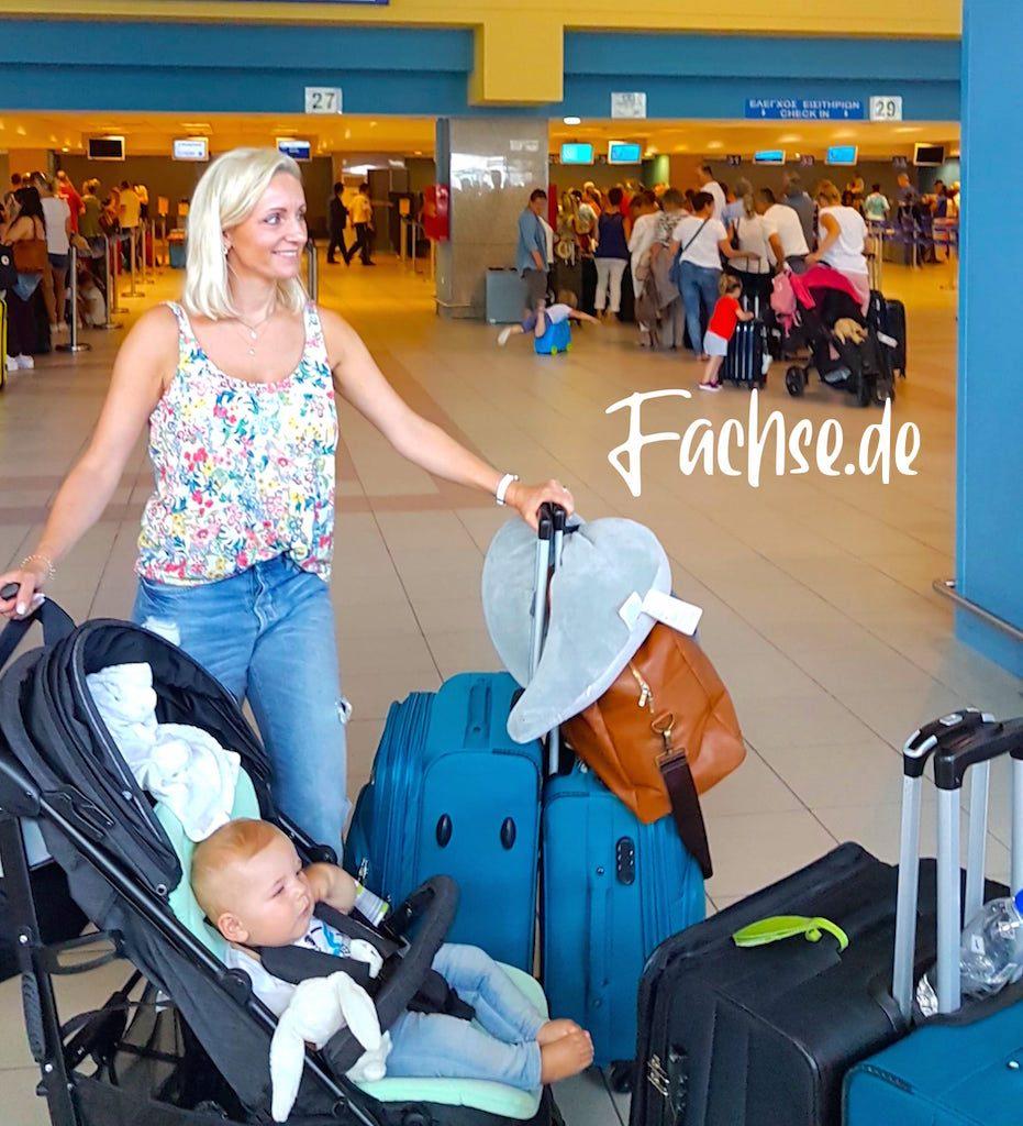 Frau mit Gepäck im Flughafen
