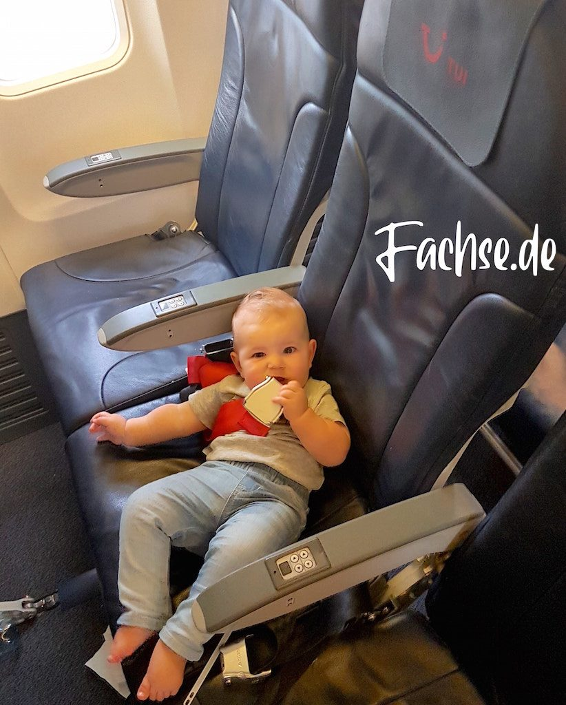 Baby auf Sitzplatz in Flugzeug
