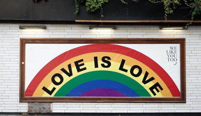 Werbetafel mit dem Schriftzug Love is Love