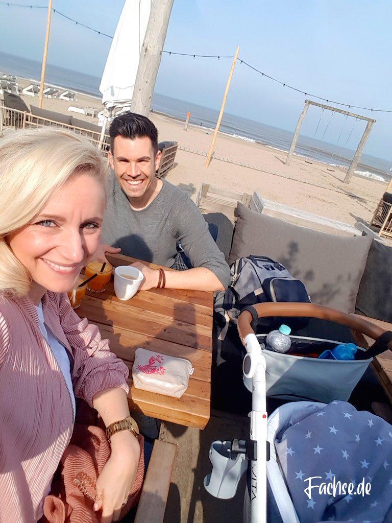 Mann und Frau Strandbar Kinderwagen