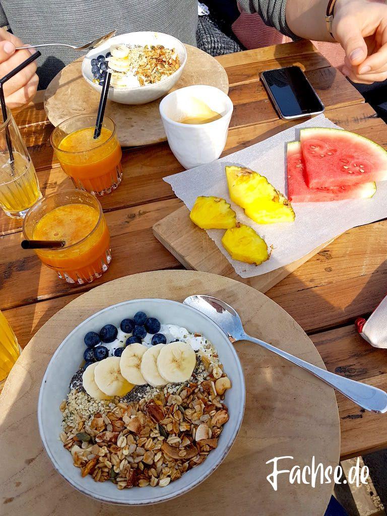 Müsli Bowl Frühstückstisch Orangensaft