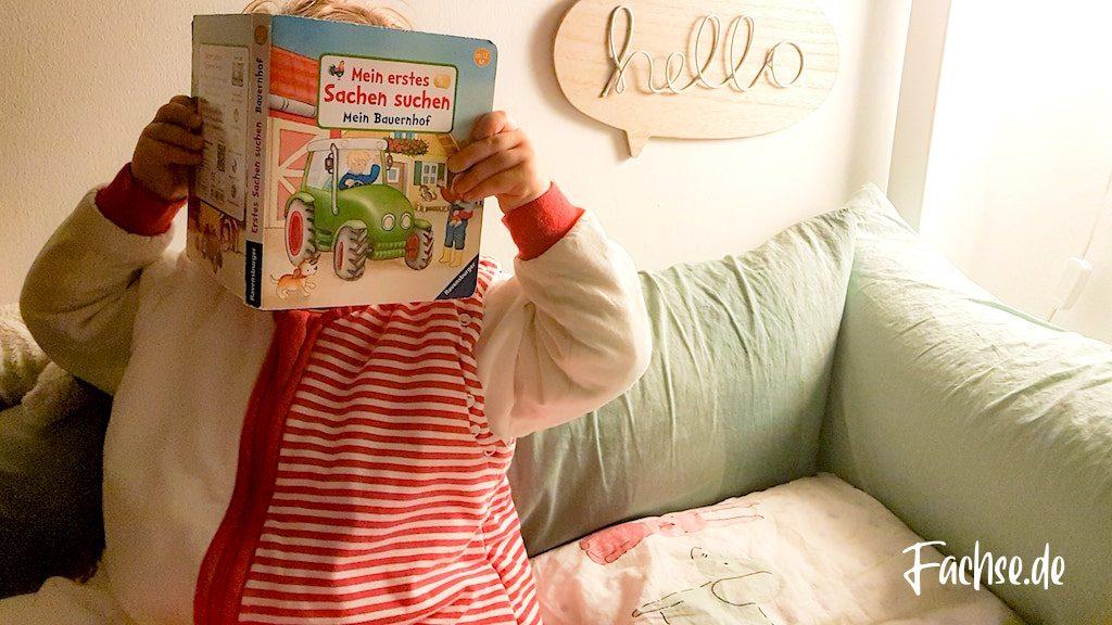 Kind im Bett mit Buch