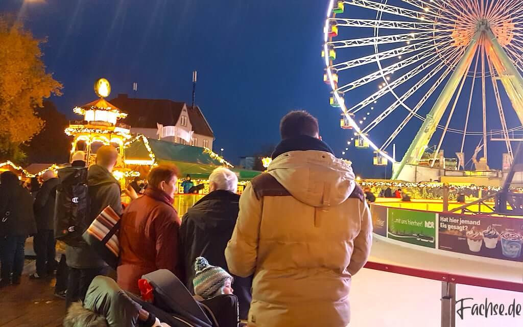 Riesenrad Eisbahn Weihnachtsmarkt Vater und Sohn