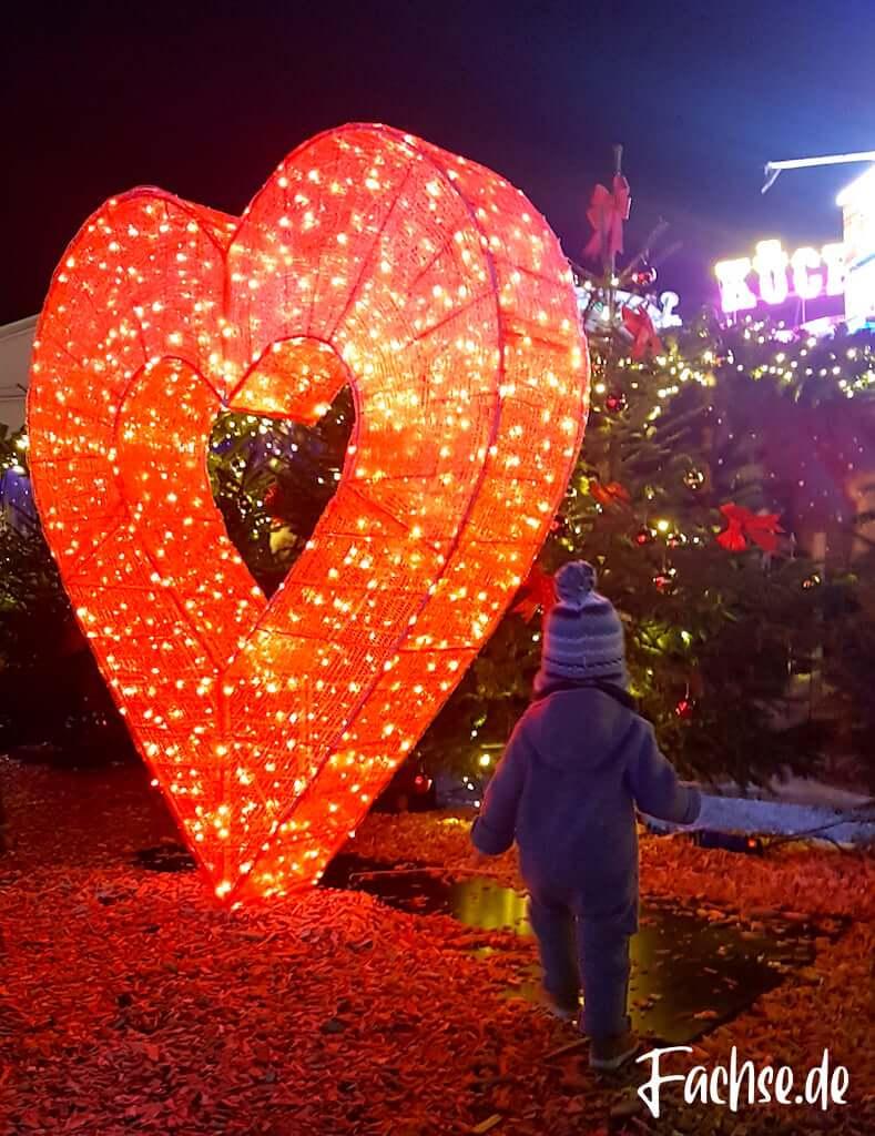 Kind leuchtendes Herz bei Nacht