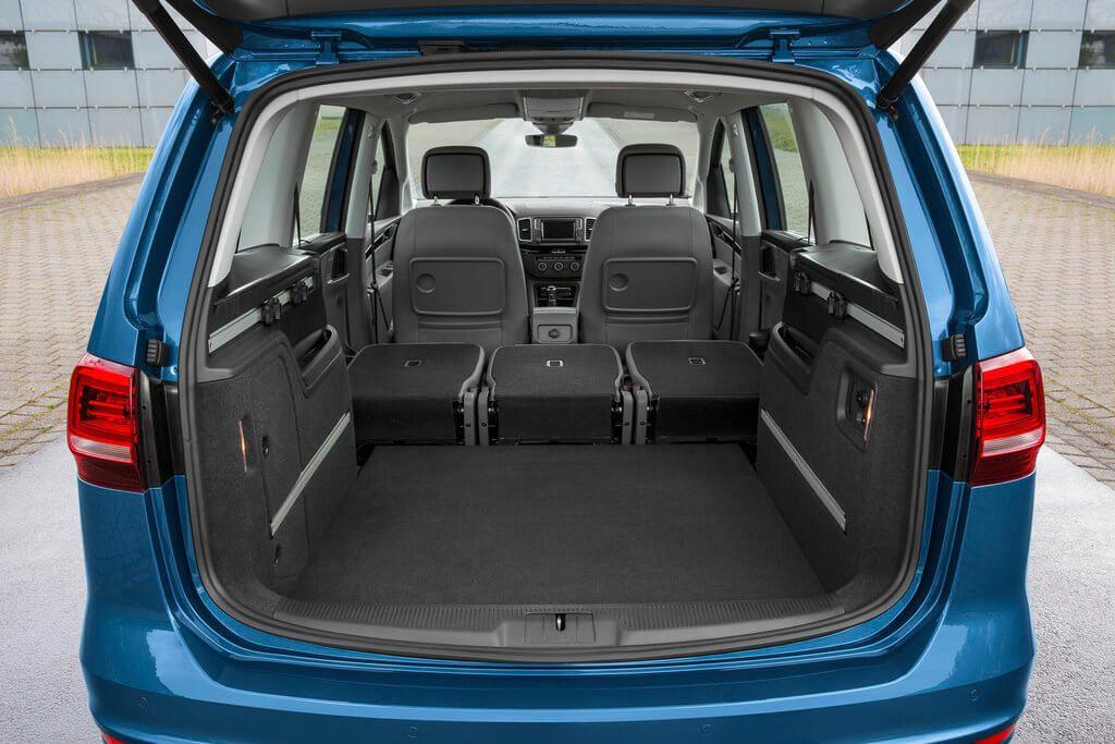 Großer geöffneter Kofferraum des VW Sharan