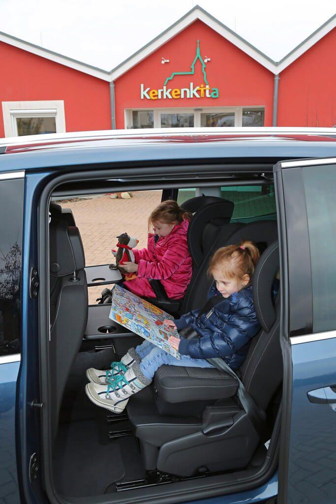 Zwei Kleinkinder auf den Rücksitzen im Familienauto