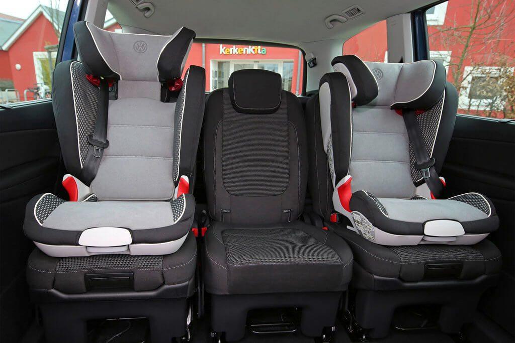 Zwei konventionelle Kindersitze sind auf der Rückbank des VW Sharan verbaut. Der freie mittlere Sitz bietet immer noch ausreichend Platz.