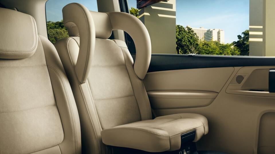 Integrierter Kindersitz im VW Sharan auf der Rückbank in ausgeklapptem zustand