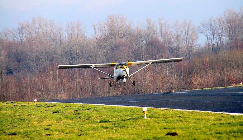 Flugzegug landet auf Landebahn