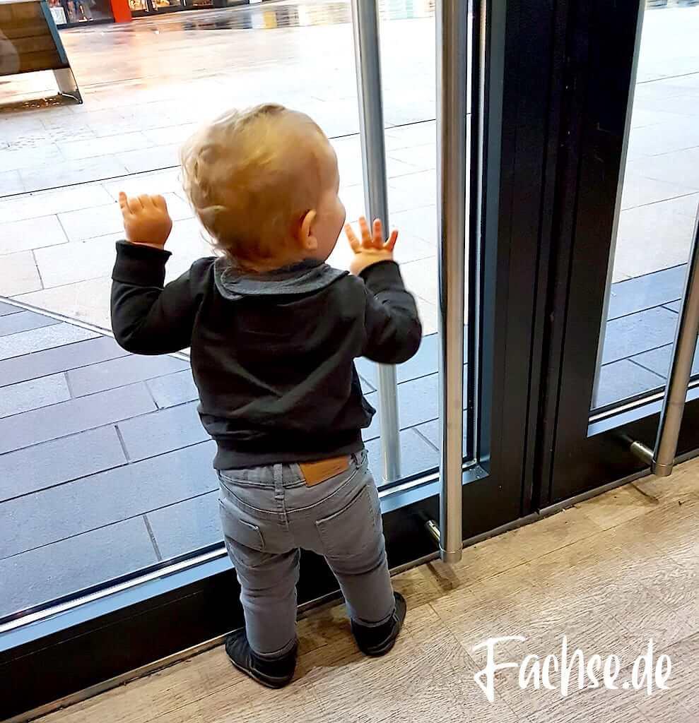 Baby an Tür, schaut raus