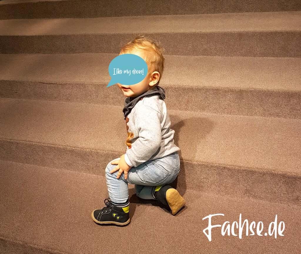 Baby auf Treppe Stufen