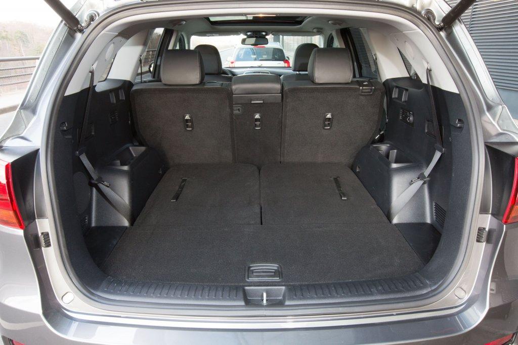 Geöffneter Kofferraum Kia Sorento mit umgeklappter Rückbank
