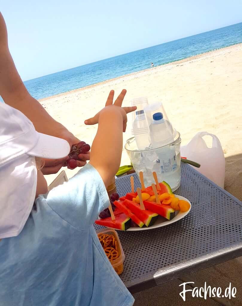 Kleinkind Kind Sonnenhut Strand Meer Sonne Wassermelone