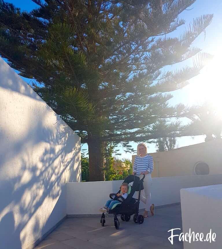 Frau Kind Kinderwagen Buggy Urlaub Sonne Kreta