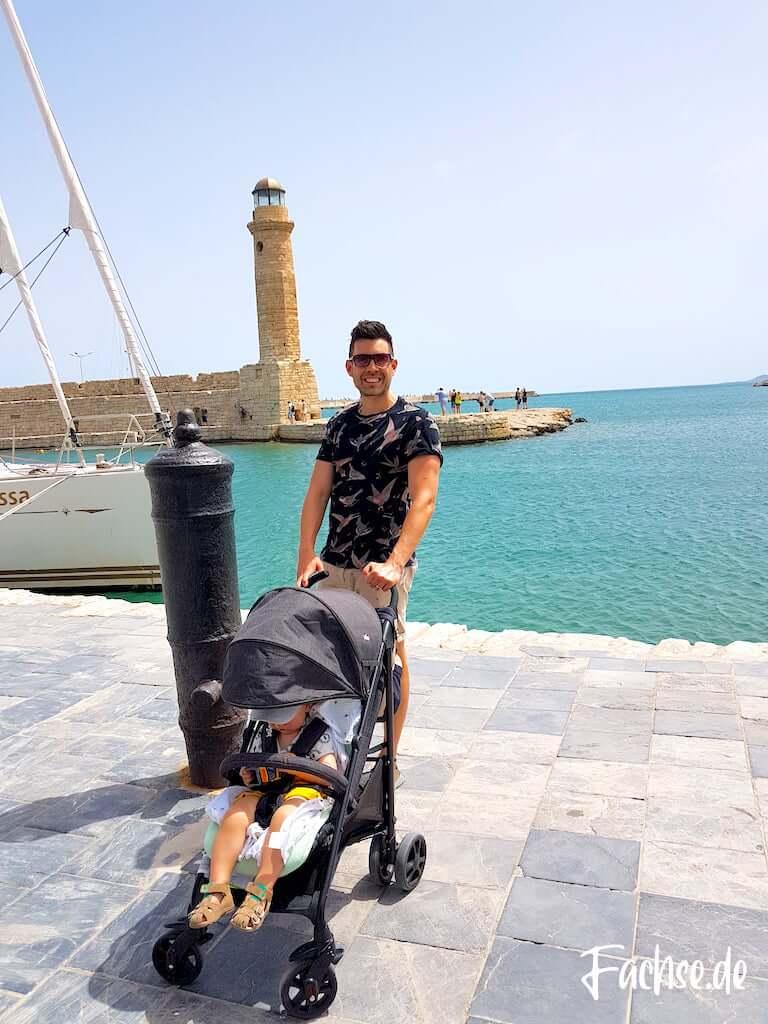 Rethymnon Kreta Meer Hafen Mann mit Buggy Kleinkind