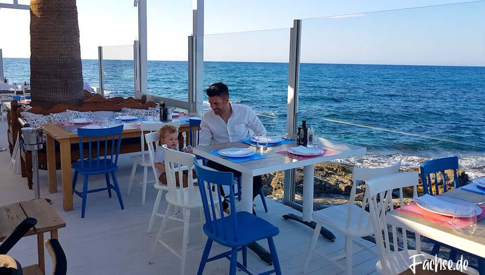 Mann Kleinkind Restaurant Meer Kreta