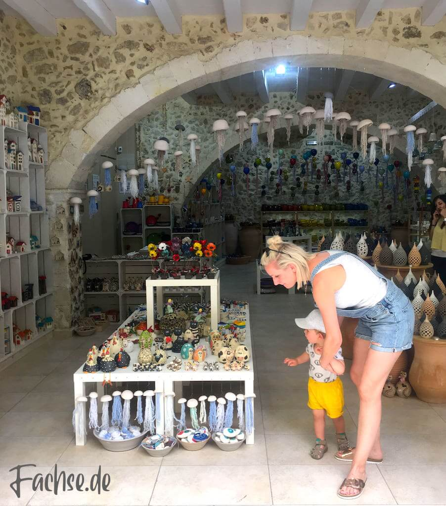 Kreta Rethymnon Souveniers Shop Frau Kleinkind
