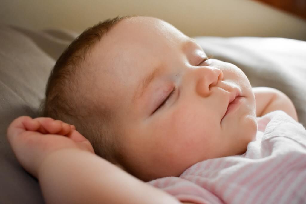 Baby schläft entspannt im Bett