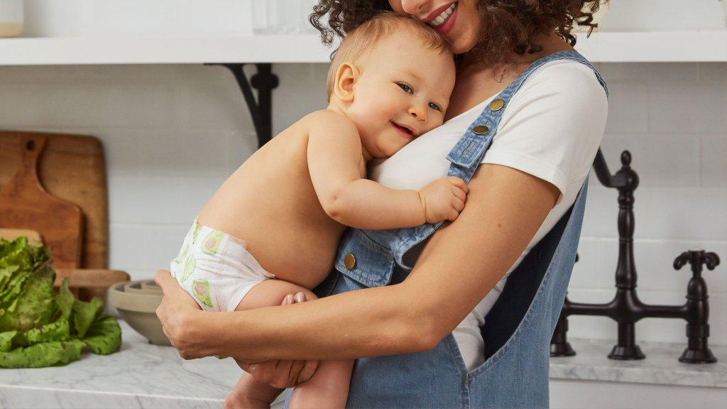 Mutter und Baby Kleinkind in Windel Küche Latzhose