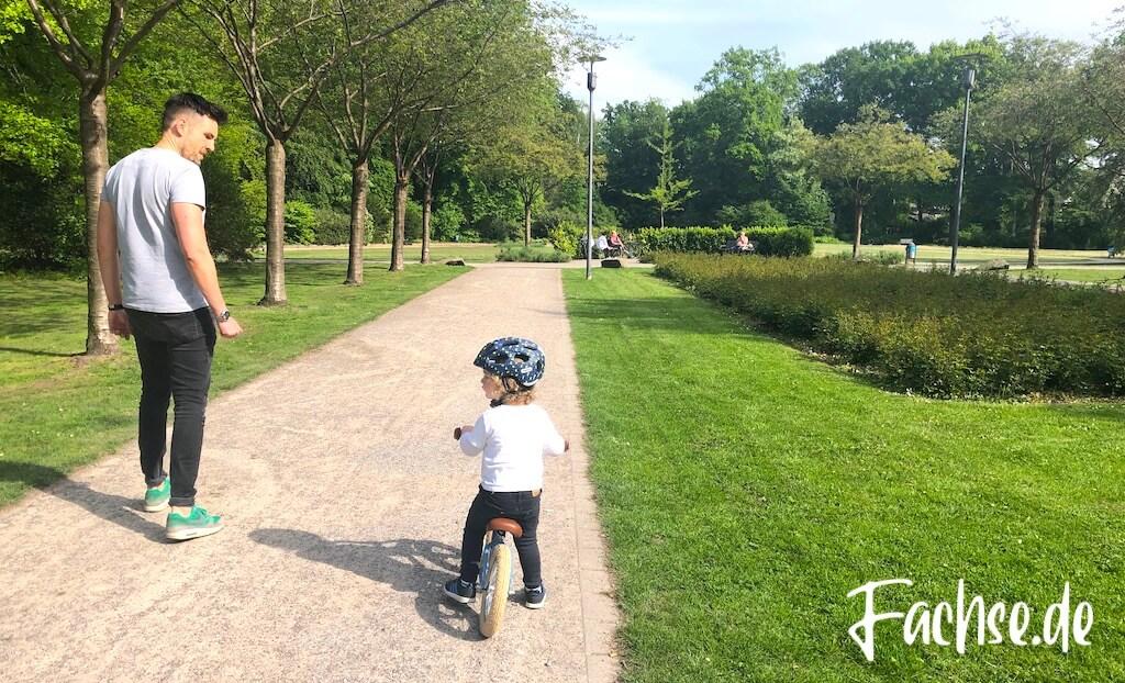 Vater und Sohn Park Laufrad Veloretti Abus