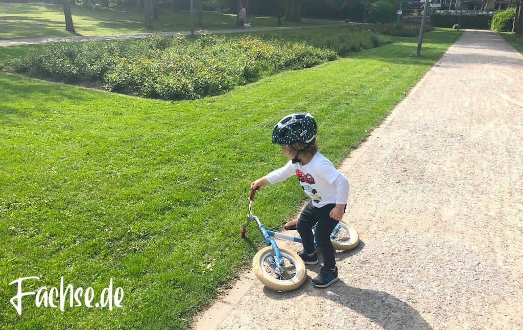 Kind Junge Helm Laufrad Park Veloretti Abus