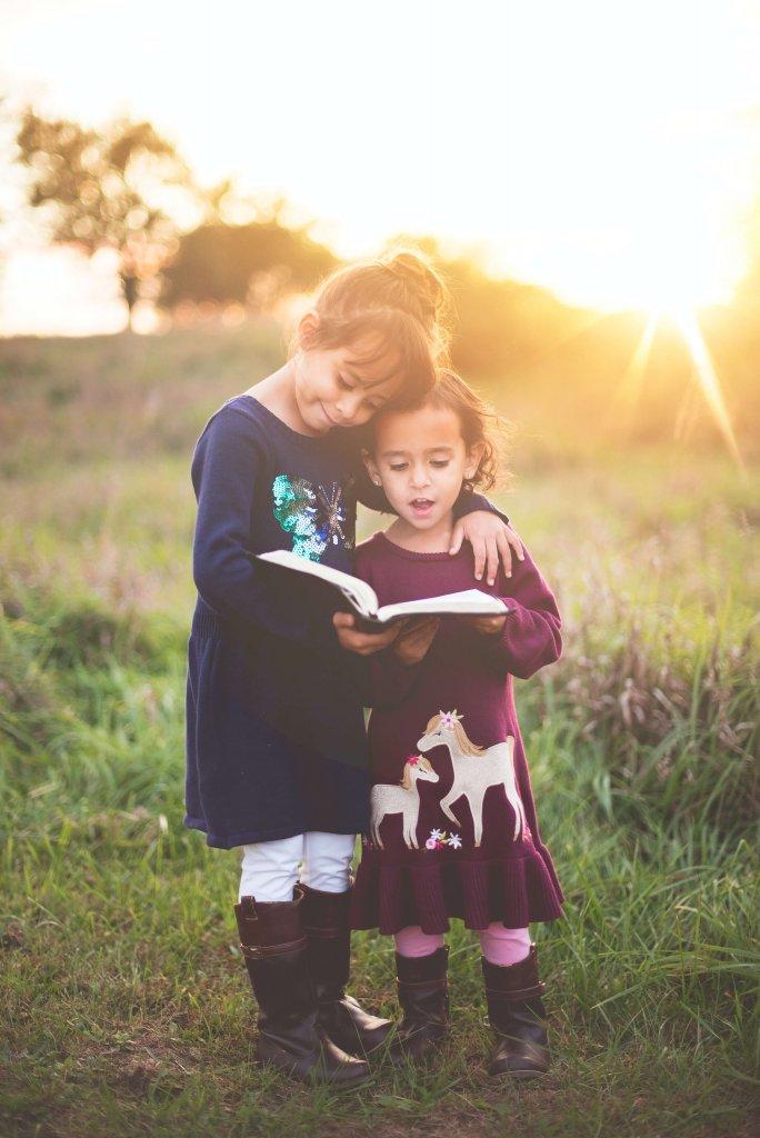 zwei Mädchen Buch Natur Sonnenuntergang