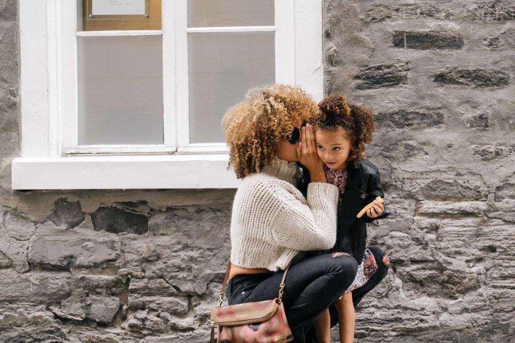 Mutter und Tochter flüstern Locken Curly hair