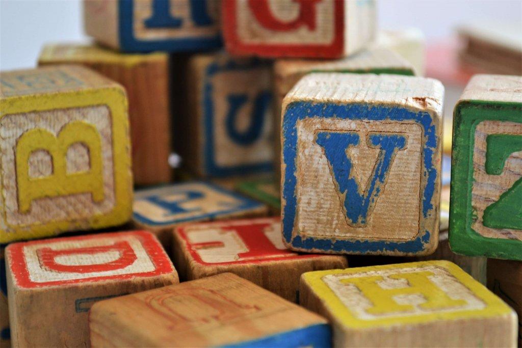 Bunte Bauklötze V B H D Z Stapel mit Buchstaben